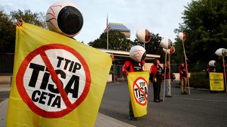 Greenpeace-Aktivisten demonstrieren in der Schweiz gegen TiSA.