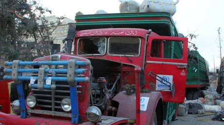 Ein zerstörter LKW des Hilfskonvois des arabischen Halbmondes und unter Schirmherrschaft der UN stehend.