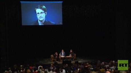 Der Whistleblower Edward Snowden in der Berliner Volksbühne - zumindest per Videoschaltung.