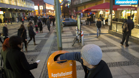 Ein alltägliches Bild in Berlin: Bedürftige sammeln leere Pfandflaschen aus Mülleimern.