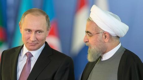 Russland Präsident Wladimir Putin bei einem Treffen mit dem Präsidenten des Iran,  Hassan Rouhani, auf einem Treffen der Erdgas fördernden Länder im November 2015.