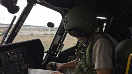 Ein russischer Pilot in der Kabine seines MI-8AMShT Transport- und Kampfhubschraubers, Flugbasis Hmeimim, Syrien.