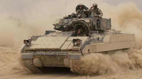 Ein Bradley-Panzer im Jahr 2004 im Irak: Total veraltet, brauchen wir etwas neues...