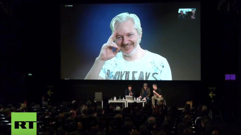 Live aus Berlin: WikiLeaks wird zehn Jahre alt – Assange ist per Video-Schalte live dabei