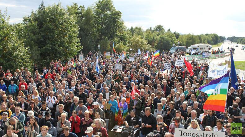 Linke Friedenstäubchen flattern für Kriegstreiber