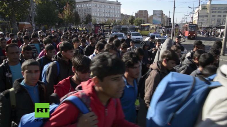 Belgrad: Hunderte Flüchtlinge und Migranten starten Fußmarsch nach Westeuropa