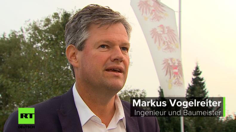 Markus Voglreiter hat Ärger mit der Justiz - wegen einer satirischen Flagge.