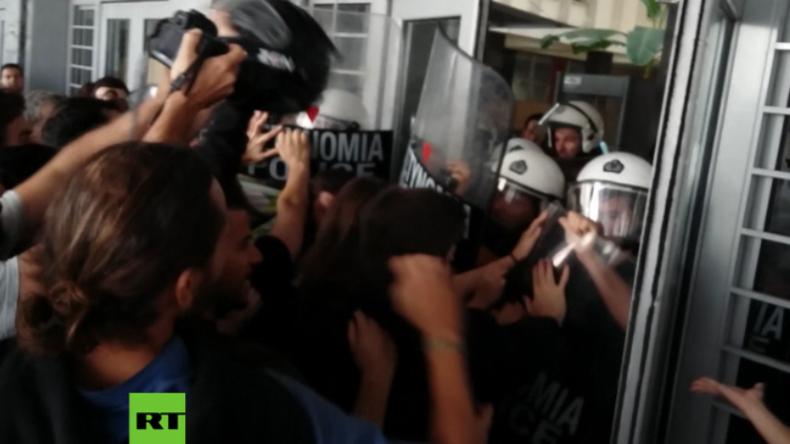 Griechenland: Protestler versuchen Gerichtsgebäude zu stürmen und Zwangsversteigerungen zu stoppen