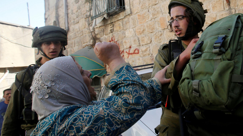 Eine palästinensische Frau im Streit mit israelischen Soldaten bei dem Versuch, sie bei einer Hausdurchsuchung festzunehmen, West Bank, Hebron, September 2016.