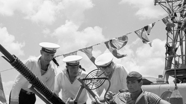 Sowjetische Seemänner am Stützpunkt für kubanische Raketenschnellboote nach der Ankunft von UdSSR-Schiffen nach Kuba