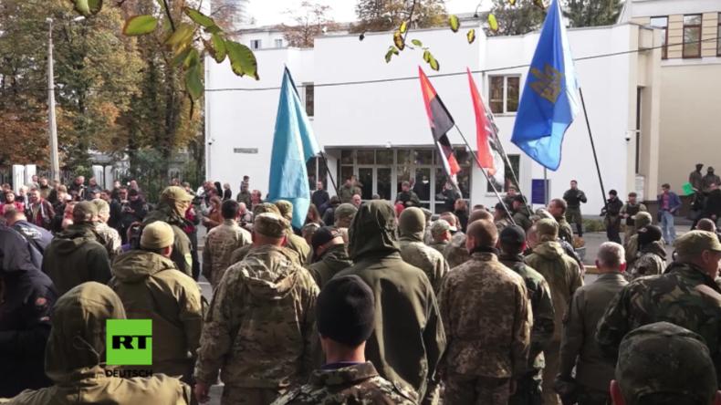 Kiew: Anhänger rechtsradikaler Parteien protestieren gegen Poroschenko und Awakow