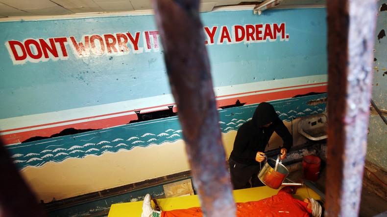 Der Künstler Steve Powers protestiert mit einer Performance gegen das sogenannte Waterboarding, einer weiterer Folterpraktik aus dem Arsenal der CIA.