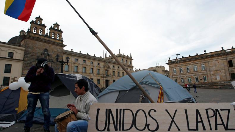 """""""Gemeinsam für den Frieden"""" - Transparent von Unterstützern des Friedensabkommens auf dem Bolivar-Platz in Bogota."""