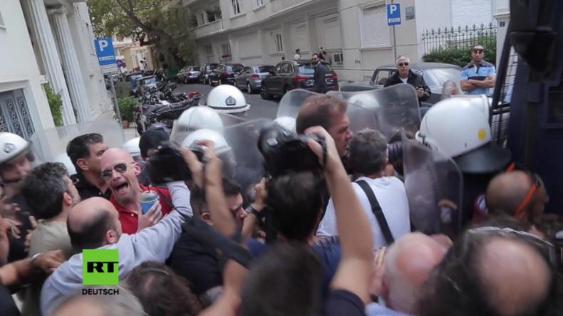 Athen: Wütende Journalisten stoßen mit Polizei zusammen bei Protest gegen Schließung von TV-Sendern