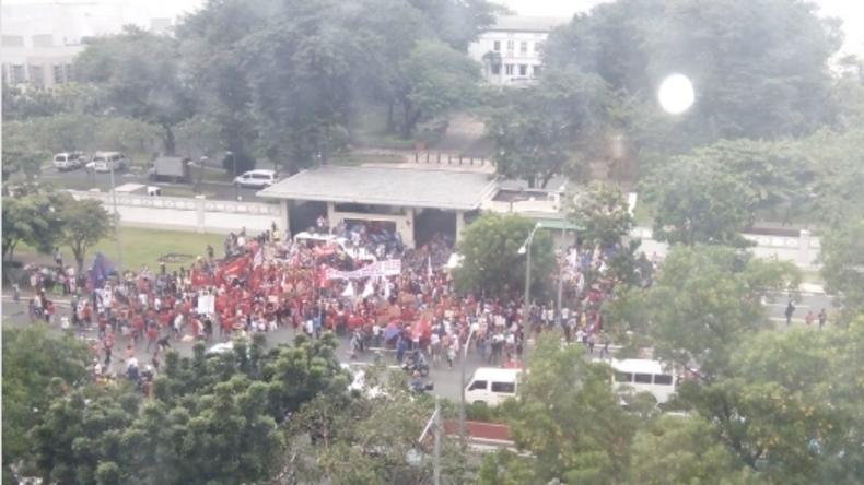 Philippinen: Demonstration vor US-Botschaft in Manila – Polizei setzt Tränengas ein