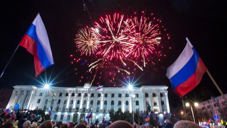 """Krim-Frühling: Die Bevölkerung der Krim feiert den ersten Jahrestag der """"Annexion"""" ihrer Heimat mit Feuerwerken in Simferopol."""