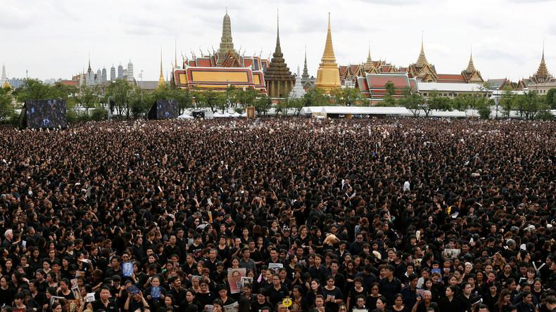 Bangkok: 150.000 Thailänder singen Trauerversion von Nationalhymne für verstorbenen König