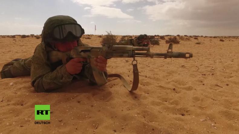 Drohne filmt Training russischer Fallschirmjäger zur Erstürmung eines Militanten-Dorfs in Ägypten