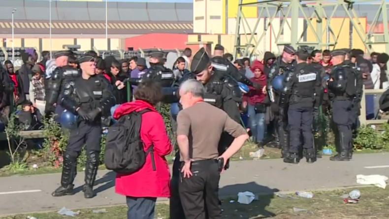 Live aus Calais: Nach massivem Feuer im Flüchtlingscamp wird Umsiedlung fortgesetzt