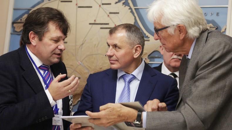 Deutsche Unternehmer und Politiker entspannen sich bei einem Volksfest in Sewastopol