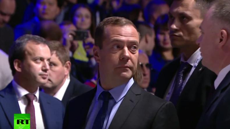 Panik bei Innovationsforum in Moskau: Medwedew wird nach Knallgeräuschen in Sicherheit gebracht