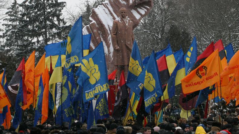 Demonstration ukrainischer Nationalisten vor einer Statue von Stepan Bandera, dem Führer der Organisation Ukrainischer Nationalisten (OUN), die zahllose Massaker an Juden und Polen durchgeführt hat.