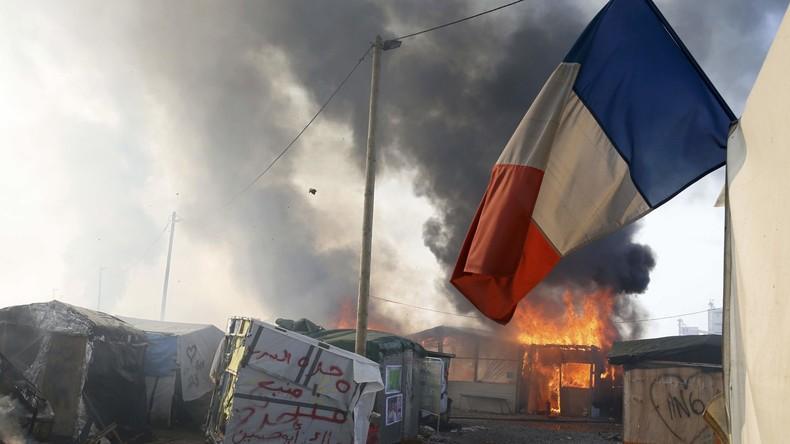 Eine französische Fahne weht im brennenden Lager von Calais. Frankreich, 26. Oktober 2016.