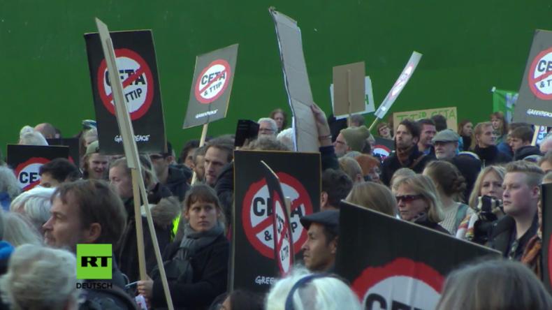 """Dänemark: """"Sie dienen den Konzernen, nicht den Menschen!"""" - Hunderte marschieren gegen TTIP und CETA"""