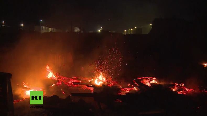 """""""Dschungel von Calais"""" brennt dritte Nacht in Folge – Hunderte schlafen auf der Straße, auch Kinder"""