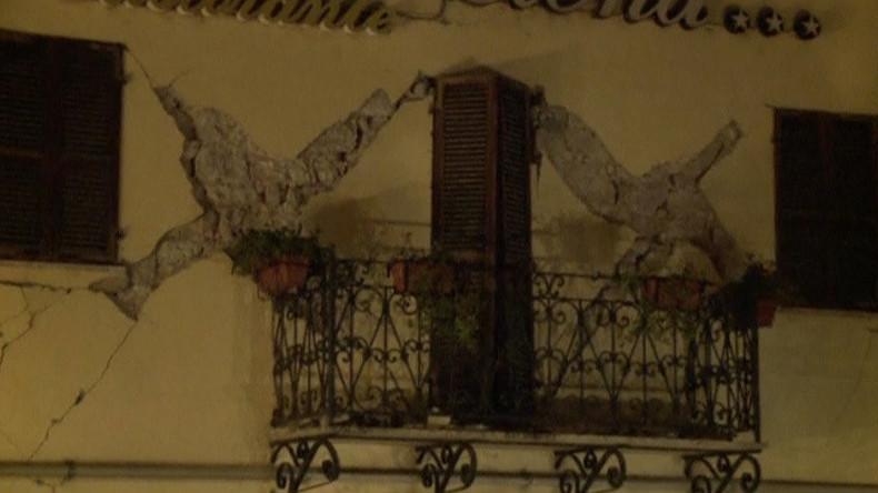 Ein Erdbeben der Stärke 6,5 erschüttert Zentralitalilen
