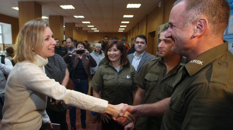 Maria Sacharowa dankt polnischen Aktivisten für Instandsetzung von Denkmälern an Sowjetsoldaten