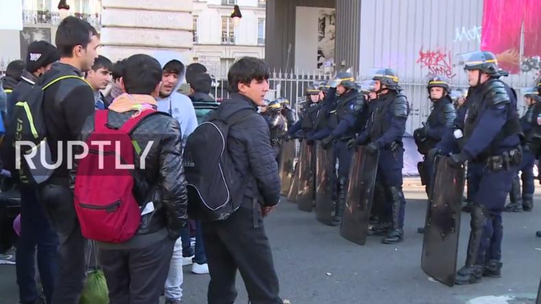 "Live aus Paris: Flüchtlingscamp an Metro-Station ""Stalingrad"" wird abgerissen"