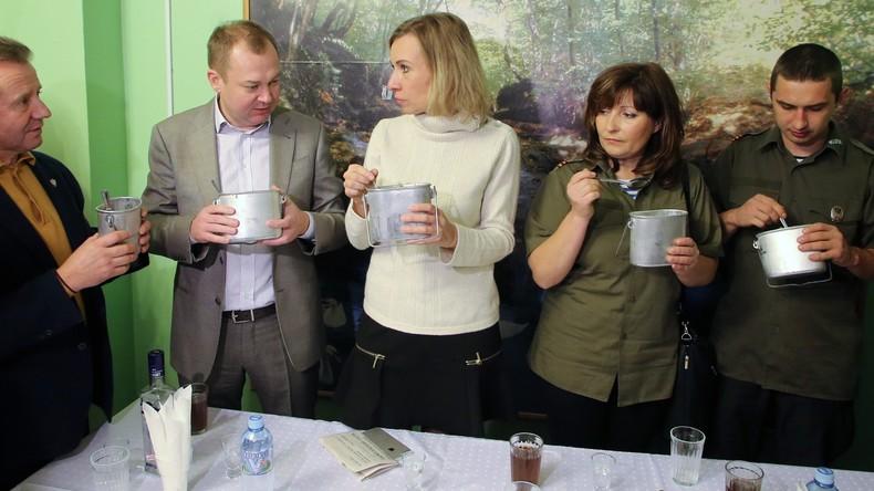 """Polnische Patrioten trinken Wodka mit Sacharowa: """"Schöner als Sie ist nur ein AK-47-Gewehr """" [Video]"""