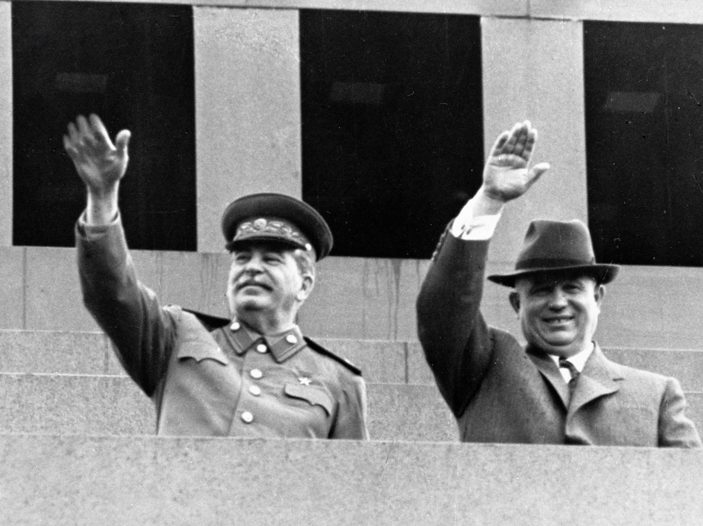 Stalin und Chruschtschow auf dem Lenin-Mausoleum im Jahr 1951.