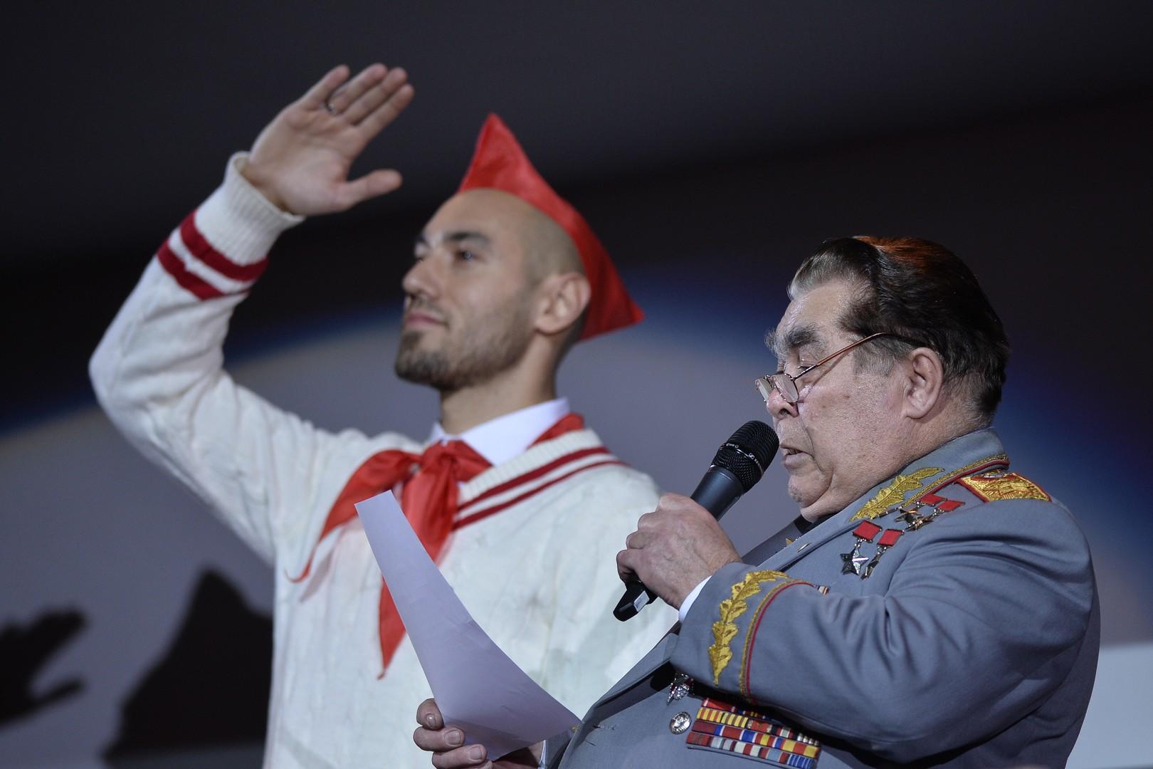 Schauspieler parodiert den Ersten Generalsekretär der KPdSU Leonid Brezhnew vor einem Hockey-Spiel.
