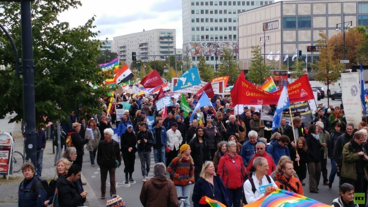 """Die Friedensbewegung ist wieder da: 8.000 Teilnehmer bei """"Die Waffen nieder!"""" in Berlin"""