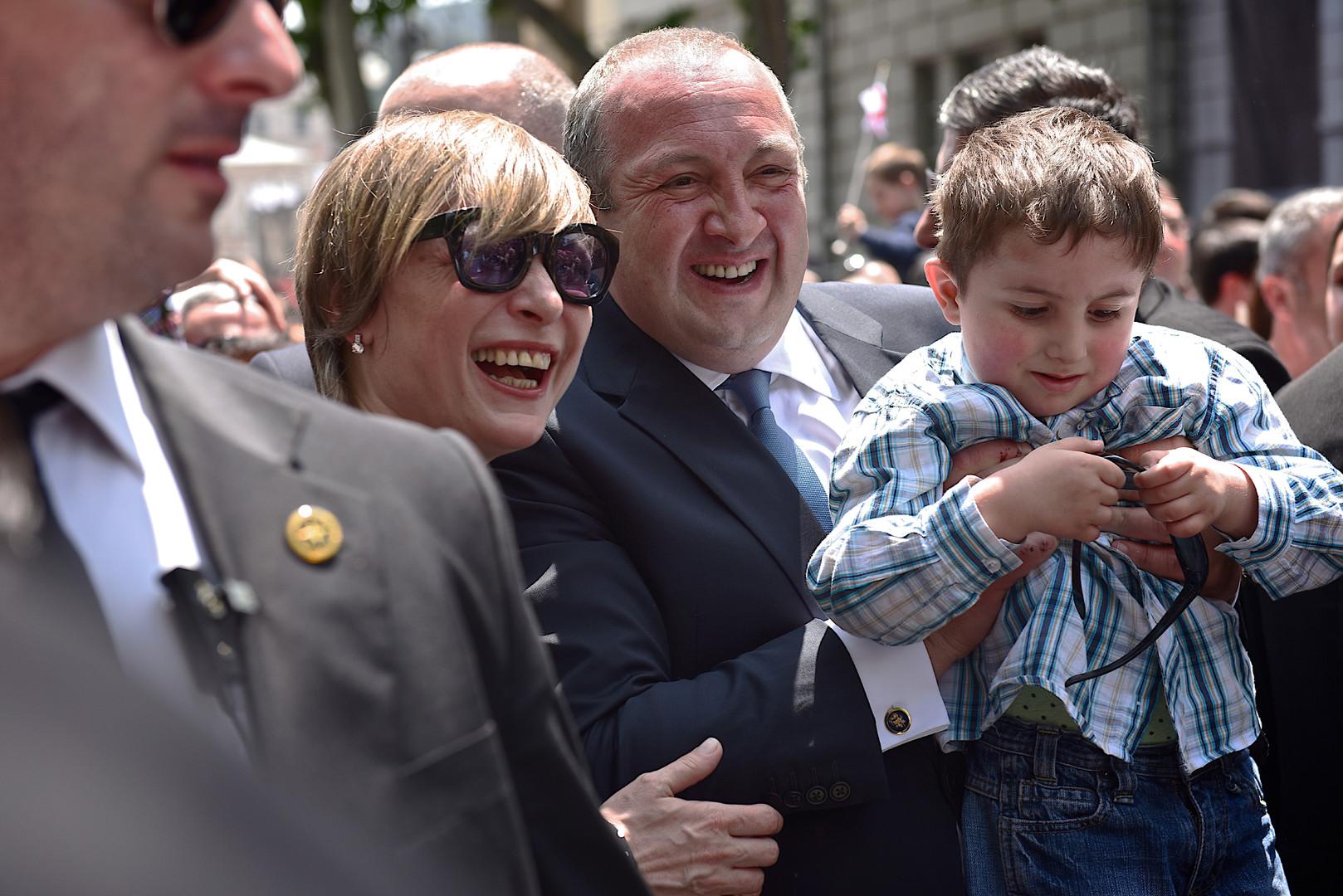 Der georgische Präsident Irakli Margwelaschwili mit Frau und Sohn während der Feier zum Tag der Unabhängigkeit.
