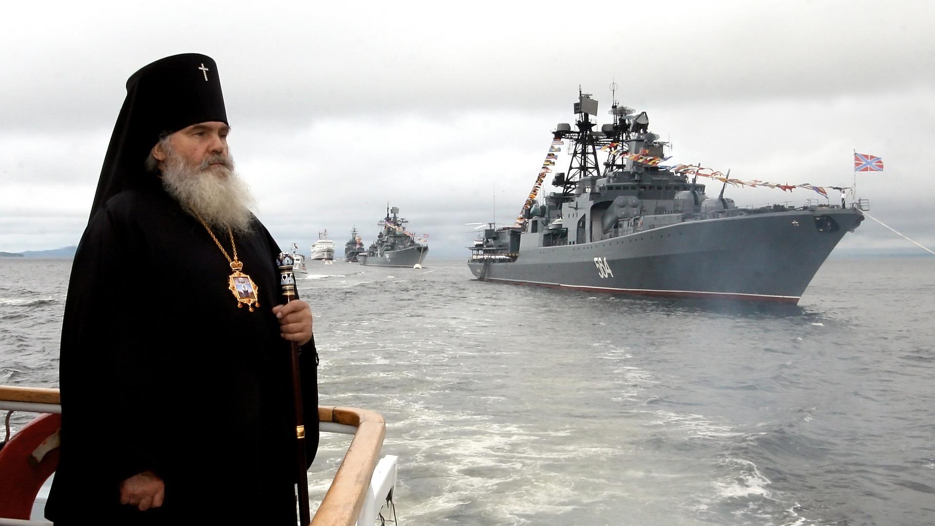 Bischof Weniamin nimmt an einer feierlichen Veranstaltung anlässlich des Marinetages in der Amurbucht teil.