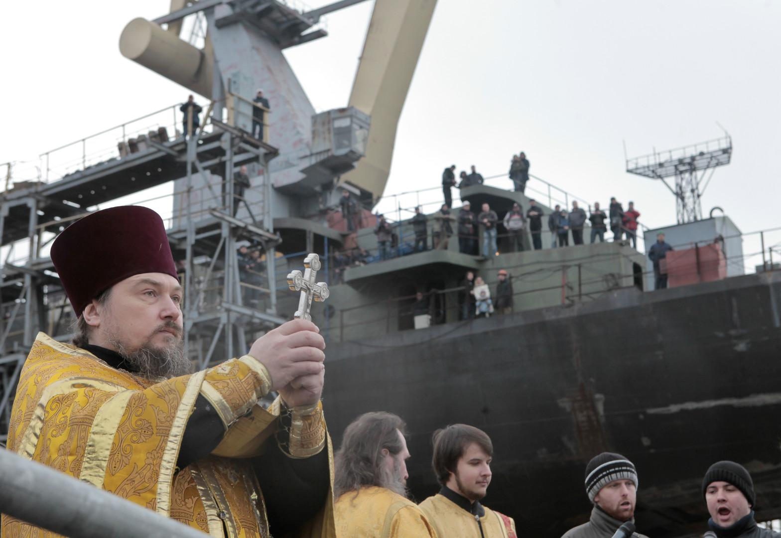 """Ein Priester segnet die Fregatte """"Admiral Flota Sergei Gorschkow"""" beim Stapellauf in Sankt Petersburg."""