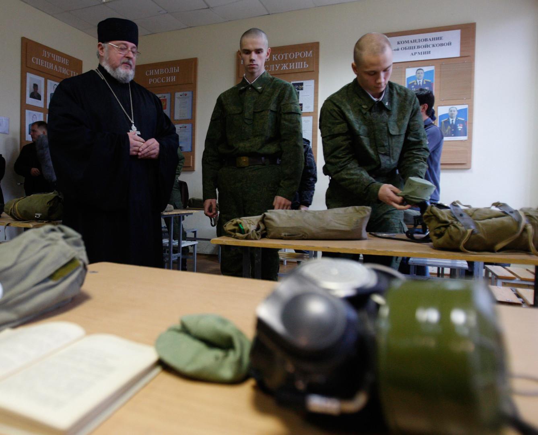Ein Militärpfarrer wohnt dem Unterricht im ABC-Schutz bei.