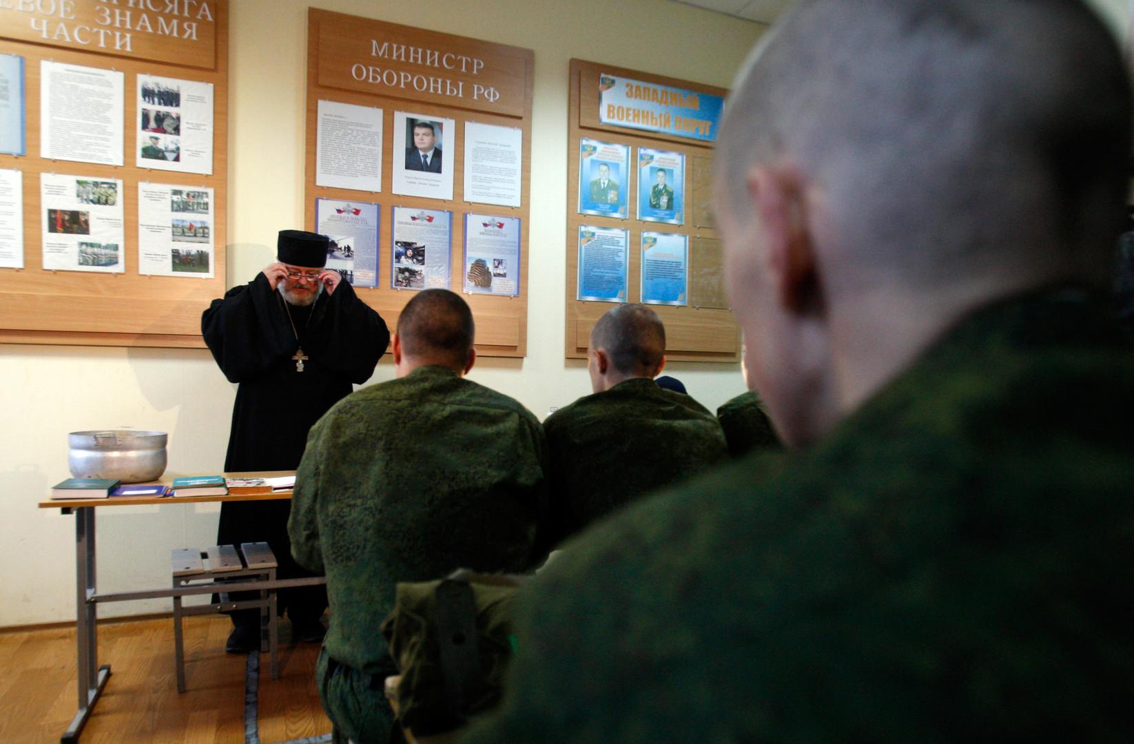 Ein Militärpfarrer spricht mit Militärangehörigen über Gott.