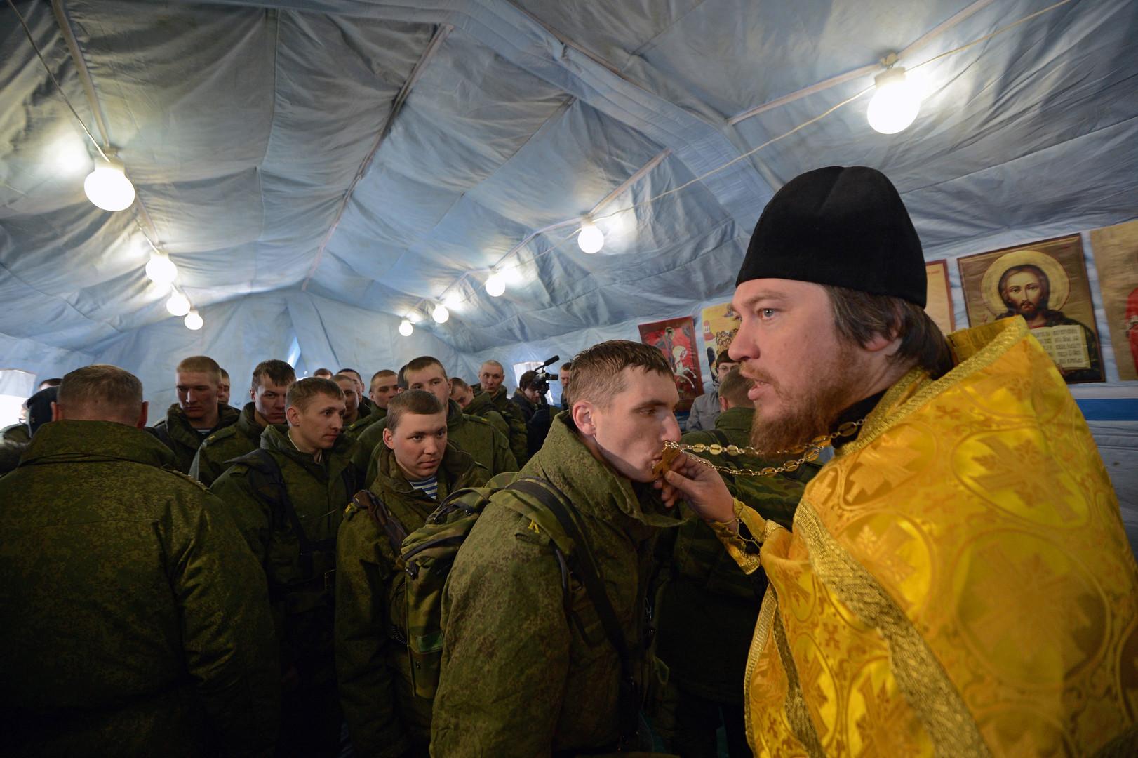 Ein Militärpfarrer zelebriert die Messe in einer Feldkirche.