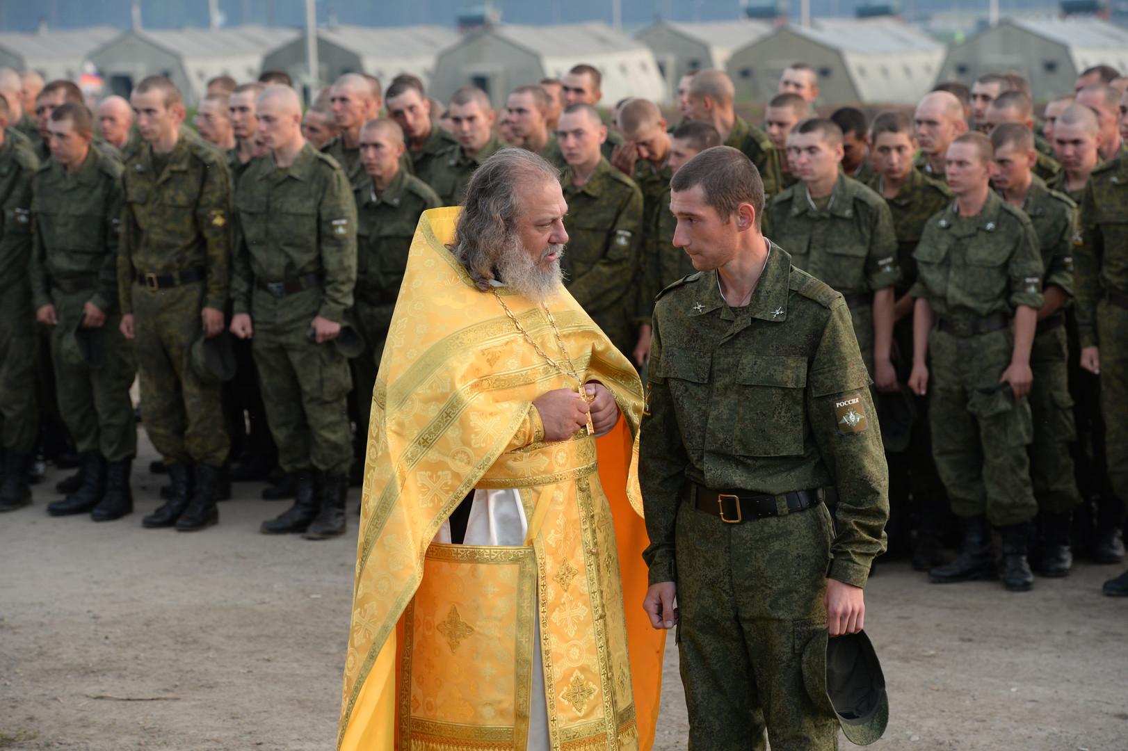 """Ein Armeeangehöriger beichtet bei einer Messe während der russisch-chinesischen Anti-Terror-Übungen """"Friedensmission 2013"""" im Gebiet Tscheljabinsk."""