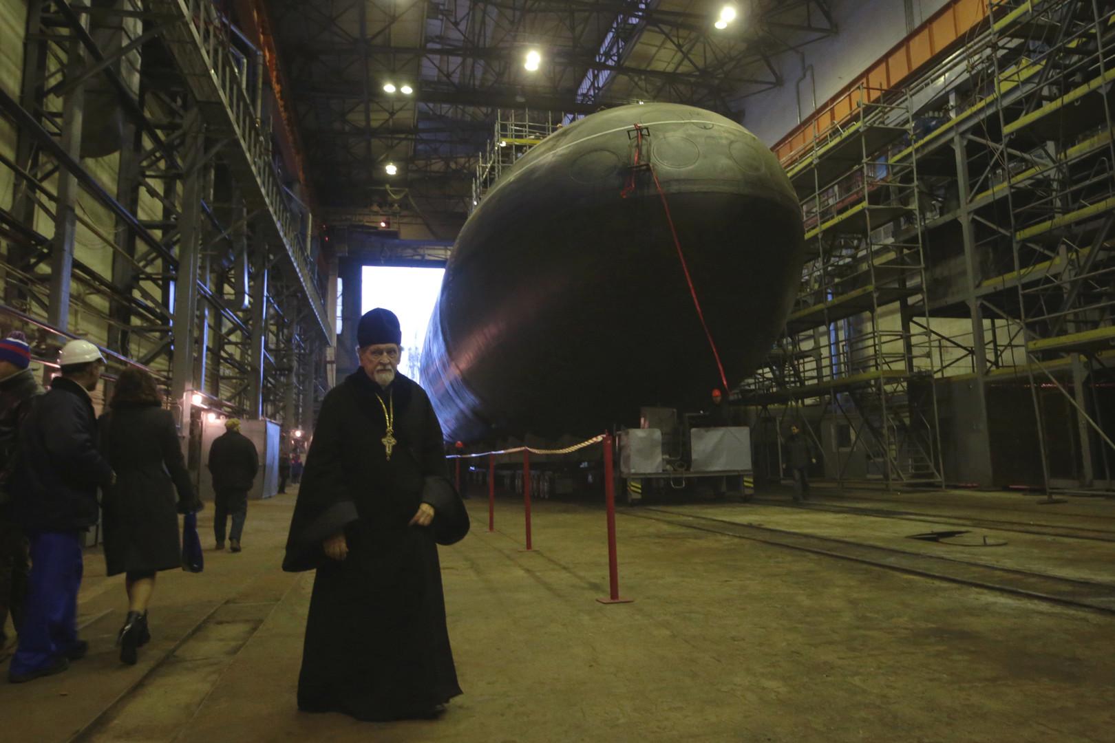 """Der Vorsteher der Nikolaus-Marine-Kathedrale, Erzpriester Bogdan Sojka, nimmt an dem feierlichen Stapellauf des U-Bootes """"Noworossijsk"""" in Sankt Petersburg teil."""