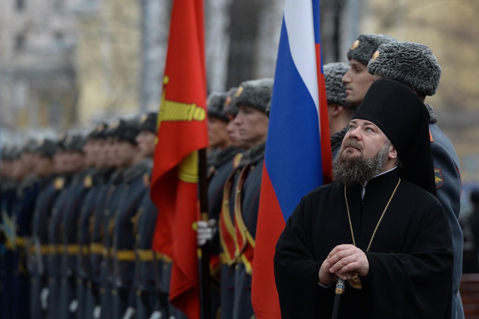 Ein Priester bei der Enthüllung des Denkmals für die Fernfliegerkräfte in Moskau.