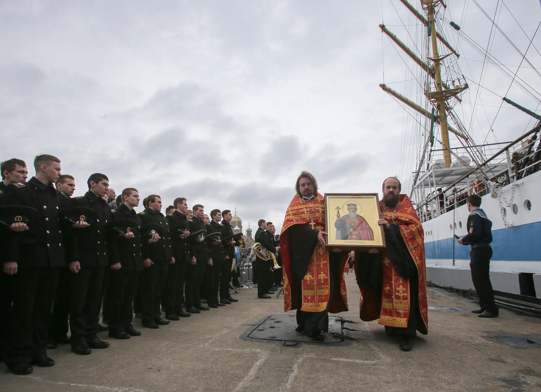 """Eine Abschiedsfeier für das Schulschiff """"Mir"""", das in Sankt Petersburg zu einer Expedition im Gedenken an die Nordmeergeleitzüge anlässlich des 70. Siegestages ablegt."""