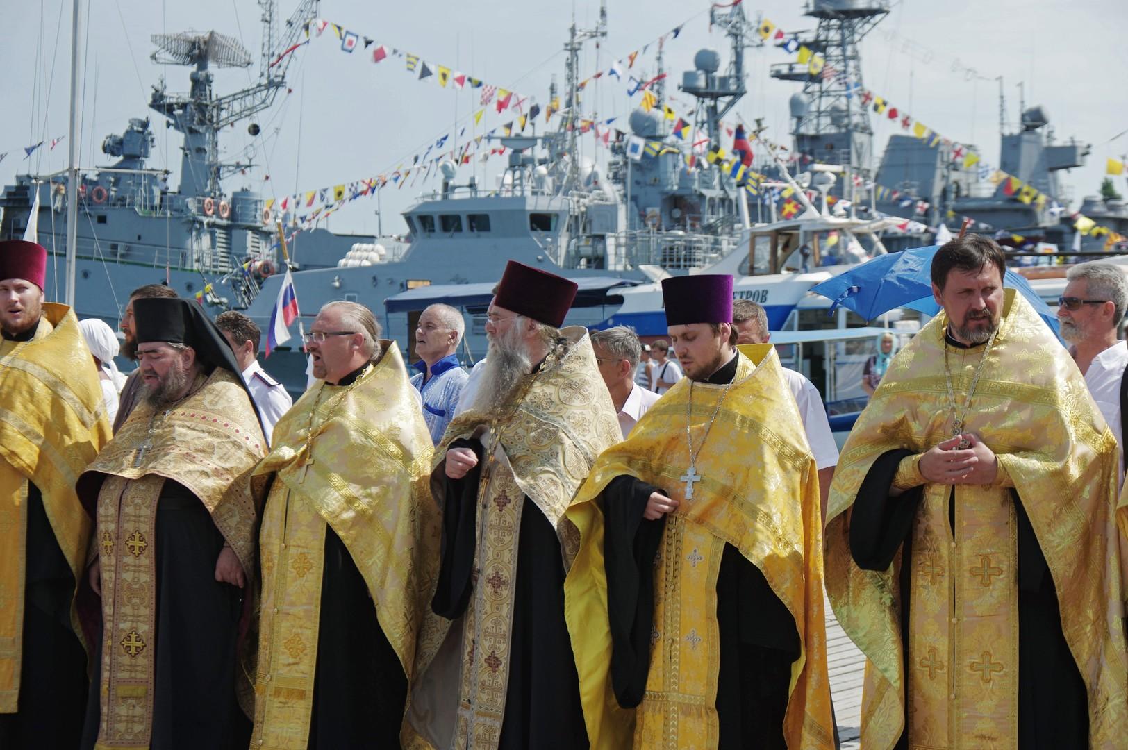 Eine orthodoxe Prozession am Gedenktag des Heiligen Fürsten Wladimir in Sewastopol auf der Schwarzmeer-Halbinsel Krim.
