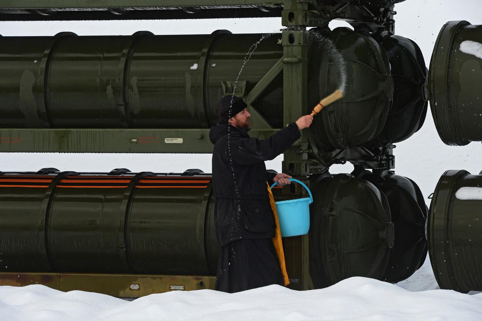 Ein Priester weiht Container mit Fla-Raketen eines Raketenabwehrregimentes in der Umgebung Moskaus.