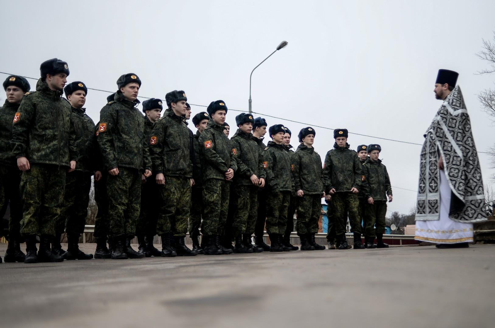 Zöglinge der Alexander-Newski-Kadettenschule vor einem Gottesdienst in der Prophet-Elija-Kathedrale in der Stadt Solzy im Gebiet Nowgorod.