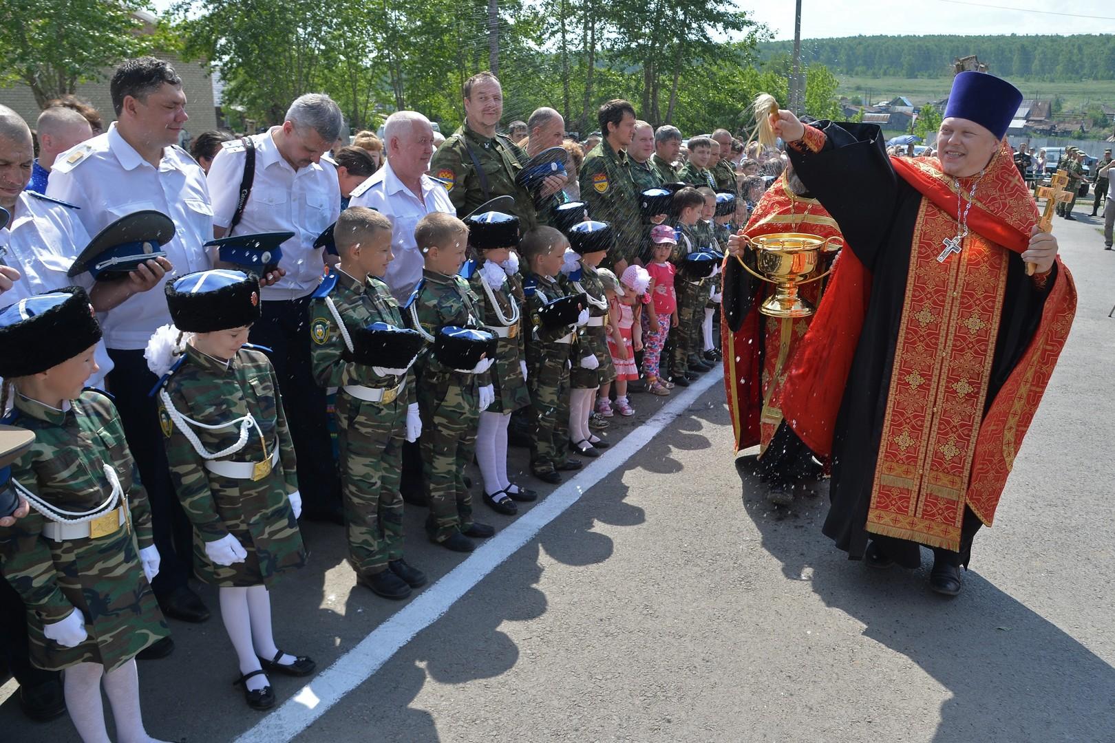 """Ein Priester segnet Kosaken während des Kulturfestivals """"Kosakengeschlecht ist ohne End"""" in der Ortschaft Trawniki im Gebiet Tscheljabinsk."""